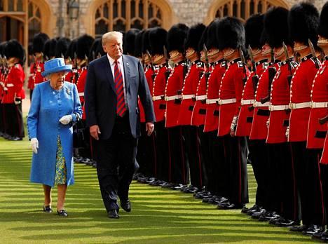 Kuningatar Elisabet ja presidentti Trump tervehtivät tapaamisen aluksi sotilasvartiota.