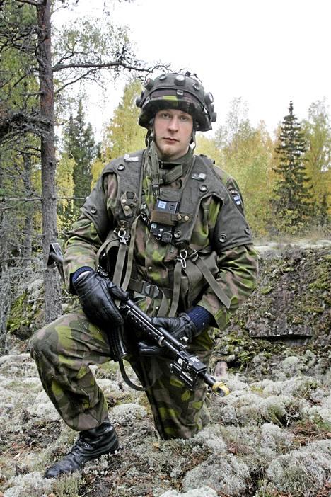 Robert Helenius sotaharjoituksessa Kemiössä lokakuussa 2006.