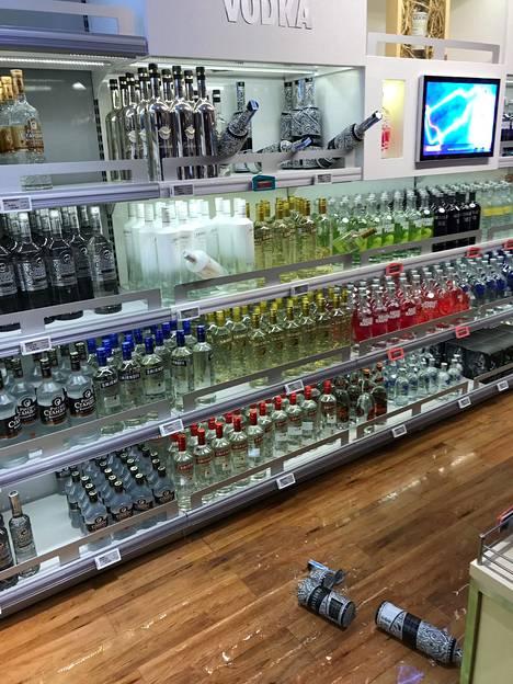 Erinäisiä alkoholituotteita rikkoutui myös välikohtauksessa.