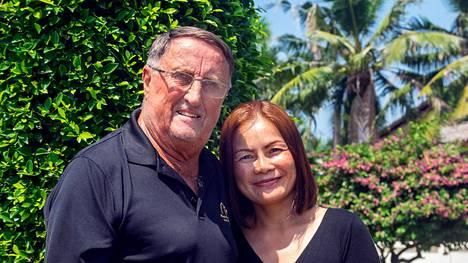 Curt Lindstöm täyttää 80 vuotta. Hän viettää nyt aikaa Thaimaassa yhdessä kumppaninsa Wannarotin kanssa.
