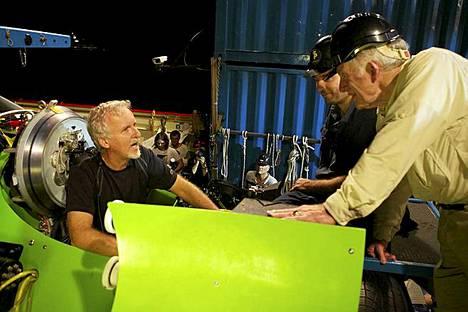 Elokuvaohjaaja James Cameron (vas) kävi lpi sukelluksen yksityiskohtia läpi Yhdysvaltain laivaston kommodorin Don Walshin (oik.) juuri ennen Deepsea Challenger -aluksen laskemista kohti mariaanien haudan syvyyksiä.