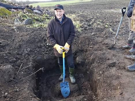 Jarkko Väänänen Punnuksen kylässä marraskuussa. Kansakoulun kaivon rengas oli löytynyt.