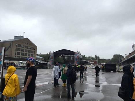 Esiintymislavoja jouduttiin sulkemaan Sideways-festivaalilla Helsingissä.