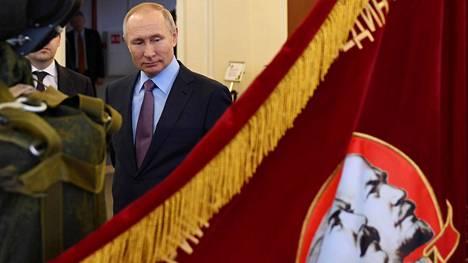 Presidentti Vladimir Putinin aikana Josif Stalinista on tullut Venäjällä uudelleen ihannoitu. Putin vieraili maaliskuussa laskuvarjoja valmistavan Poljotin tehtaalla, jossa oli näyttävästi esillä myös Stalinia ja Leininä esittävä lippu.
