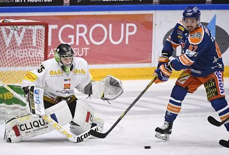 Veini Vehviläinen on pelannut sensaatiomaisen hyvät pudotuspelit. Kuvassa myös Tapparan Tomas Zaborsky.