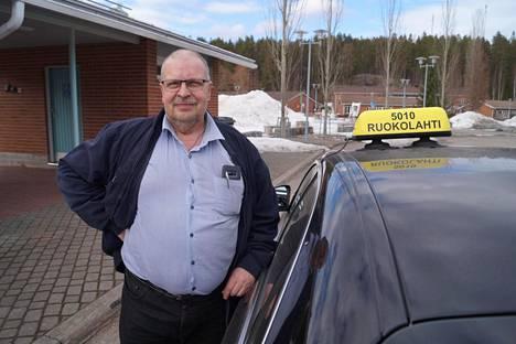 Taksiyrittäjä Harri Ahonen ei sano olevansa lottovoittaja, vaikka hankkikin helmikuussa uuden Mersun.