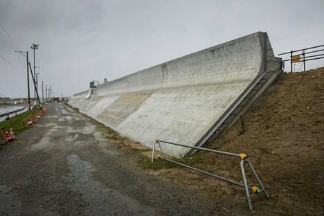 Rannan tsunamisuojat ovat metrin paksua betonia.
