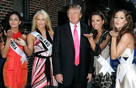 Kun Ninni Laaksonen kilpaili Miss Universum -kilpailussa suomalaismedia hehkutti Ninnin hurmanneen kilpailun omistajan Donald Trumpin. Ilta-Sanomissa kirjoitettiin, kuinka Trump oli ihastunut suomalaiskaunottareen ja tahtoi pitää tätä kädestä kiinni ennen tv-esiintymistä.