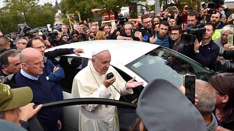 Paavi Francicus puhui auton kovaäänisen kautta vieraillessaan Amatricen kaupungissa tiistaina.