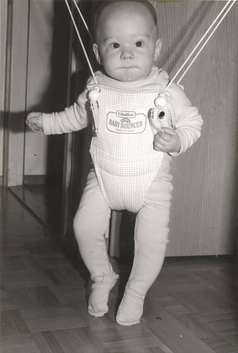 VilleGalle vauvakiikussa.