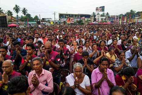 Rajapaksan kannattajat rukoilivat Homagamassa ehdokkaansa voiton puolesta.