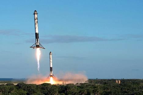 Falcon Heavy -alusta kuljettaneet, uudelleenkäytettävät kantoraketit laskeutuivat takaisin maahan testilennolta huhtikuussa.