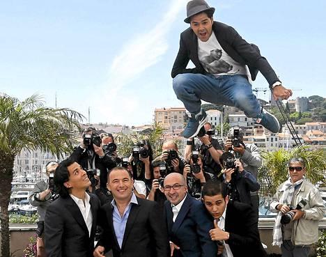 Marokkolaisranskalainen näyttelijä Jamel Debbouze päätti säväyttää Cannesin elokuvajuhlilla pidetyssä lehdistötilaisuudessa. Ne quelque part -elokuvan tuotantotiimi sai painaa päänsä, kun näyttelijä ponkaisi heidän päidensä yli.