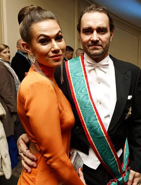 Sankarisukeltaja Mikko Paasi ja puoliso Krista Paasi olivat yksi illan kuvatuimmista pareista.