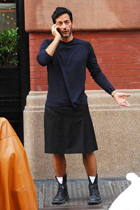 Muotisuunnittelija Marc Jacobs pukeutuu kilttiin.