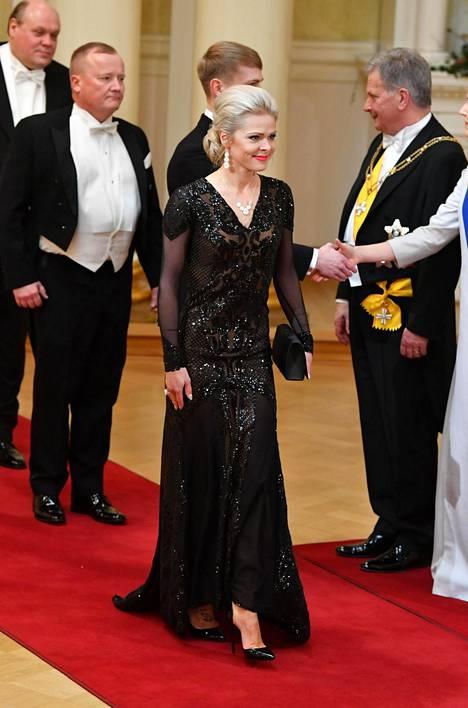 Tanssija Tiina Tulikallion mustana kimalteleva iltapuku oli yksi Linnan näyttävimmistä valinnoista.