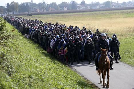 Siirtolaisia Sloveniassa lokakuussa 2015. EU pyrkii ratkaisemaan, miten turvapaikanhaku järjestetään, jos Eurooppaan vielä tulevaisuudessa saapuu yhtä paljon turvapaikanhakijoita kuin vuonna 2015.