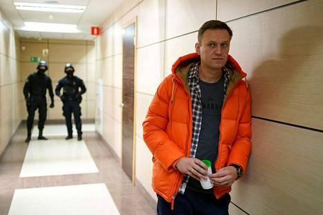 """Aleksei Navalnyi on ollut pitkään Venäjän viranomaisten vainon ja seurannan kohteena, sillä hänen korruptiopaljatuksensa ja """"älykkään äänestyksen"""" konseptinsa uhkaavat presidentti Vladimir Putinin valtakoneiston yksinvaltaista asemaa."""