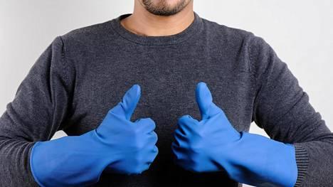 Lattiakaivon puhdistaminen voi olla ällöttävää. Kumihanskat kädessä homma hoituu mukavammin.