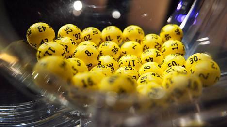 Eurojackpotin arvontapallot kuvituskuvassa.