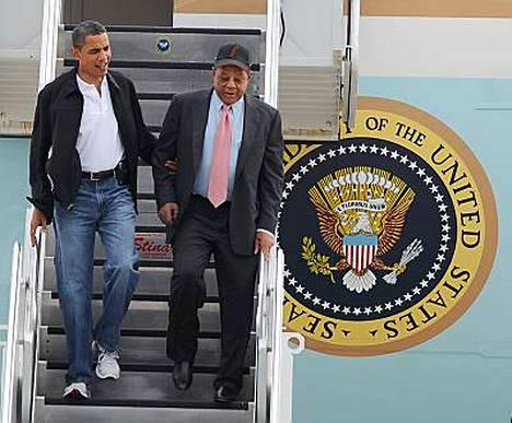Barack Obama talutti Willie Maysia, kun miehet saapuivat tiistaina Lambert St. Louisin kansainväliselle lentokentälle.