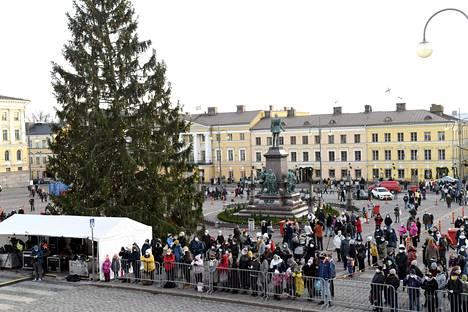 Joulukausi avattiin sunnuntaina Senaatintorilla.