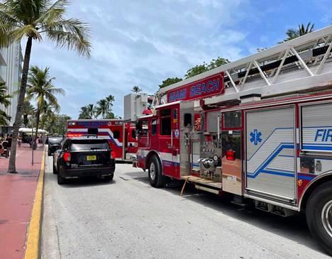 Miami Beachin poliisi julkaisi keskiviikkona tiedotteessaan kuvan kartanon edustalle pysäköidyistä hälytysajoneuvoista.