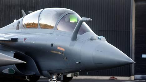 Sveitsin ilmavoimat korvaa ikääntyvät Hornet-hävittäjänsä vuodesta 2025 alkaen uusin monitoimihävittäjin. Hävittäjäkaupan aikataulu on lähes sama kuin Suomen HX-hankkeessa.