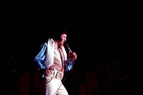 Elvis esiintymässä viimeisessä Memphiksen-konsertissaan heinäkuussa 1976.