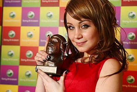 Anna Abreu omisti Emma-palkintonsa rakkalleen Panu Larnokselle.