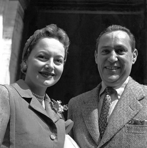 Olivia de Havilland aviomiehensä Pierre Galanten kanssa 1958.