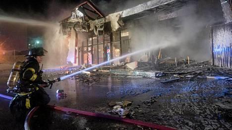 Palomiehet sammuttavat tulipaloa Fergusonissa.