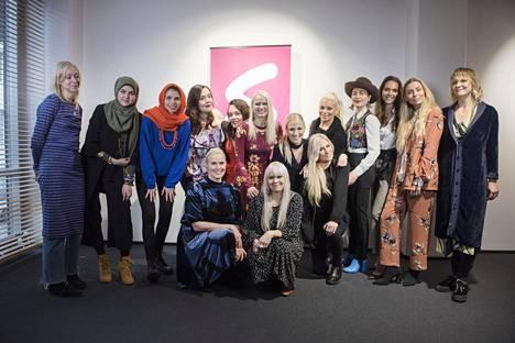 Siskot-sarjan tähtiä ovat mm. Maija Louekari, Mina Bahmanpour, Sara Salmani, Ninja Sarasalo, Misa Luttinen, Reetta Vestman, Nanna Karalahti, Karoliina Koivisto, Pirke Koskelainen, Meeri Koutaniemi, Kira Kosonen ja Hanna Väyrynen. Jonna Tervomaa (oik,) on tehnyt ohjelman tunnarin ja sarjan on tuottanut alarivissä olevat siskokset Pirjo ja Paola Suhonen.