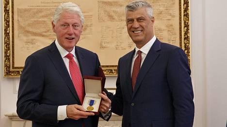 Kosovon presidentti Hashim Thaci antoi Bill Clintonille kiitokseksi Vapauden mitalin.