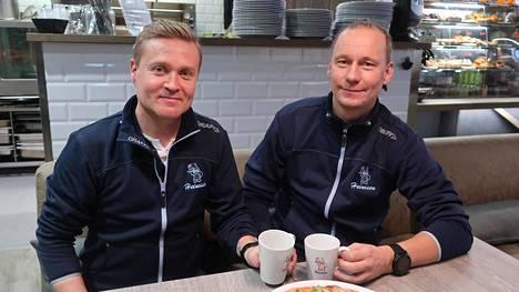 Hannu Voutilainen (oikealla) yhtiökumppaninsa Petri Halosen kanssa leipomomyymälässä. Asiakkaille on tarjolla käsidesiautomaatteja.
