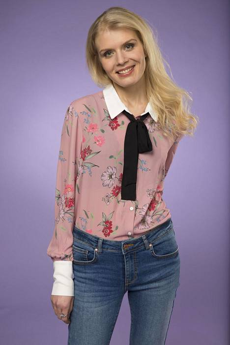 Alina Tomnikov on näytellyt useissa tv-sarjoissa ja elokuvissa ennen Putousta.