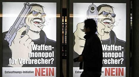 Sveitsiläisten enemmistön mielestä aseiden, myös armeijan rynnäkkökivääreiden, säilyttäminen kotona ei ole ongelma.