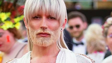 Conchita Wurst viihtyy nykyään vaaleana.