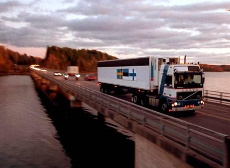 Ruotsalaisia uhreja viedään kotiin.
