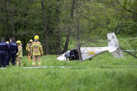 Ultrakevyt lentokone putosi Aino Ackten puistoon.