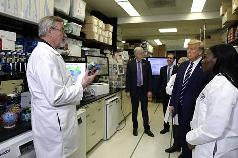 Presidentti Donald Trump vieraili kansallisen terveysinstituutin viruslaboratoriossa Bethesdassa maaliskuun alussa.
