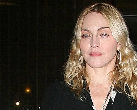 Madonna suree popin kuninkaan kuolemaa.