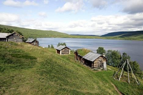 Kirkkotupia Mantojärven rannalla Utsjoella. Tuvat olivat sukujen omistamia ja niissä yövyttiin kirkkomatkalla.