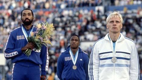 Greg Foster (vas.) ja Arto Bryggare Helsingin MM-kisojen palkintokorokkeella 1983.