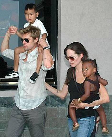 Angelina Jolien ja Brad Pittin Zahara-tyttärellä (oik.) saattaa ollakin sukulaisia elossa Afrikassa.