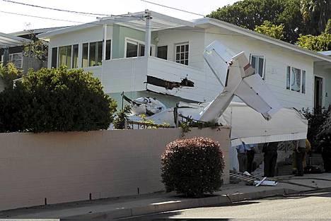 Talon nurkasta näkyy, mihin kone osui.