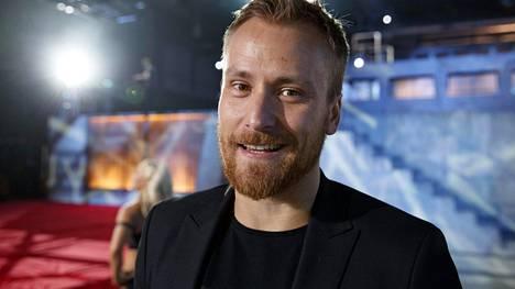 Heikki Paasonen on nauttinut suuresti pestistään Gladiaattorit-ohjelman juontajana, sillä kilpailijoiden heittäytymistä on jännittävää seurata sivusta.