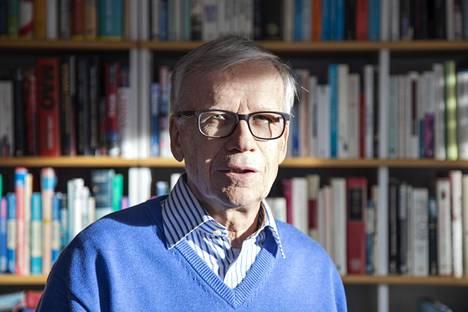 Dosentti Antti Kujalan mukaan Suomen armeija ei tiennyt jatkosodan aikana Josif Stalinin vainouhrien haudoista Sandarmohissa eikä myöskään käyttänyt Sandarmohia sotavankien hautaamiseen.