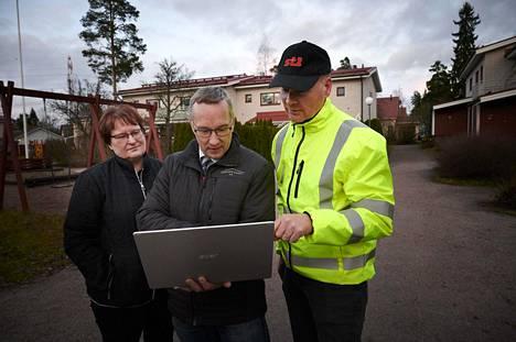 Asukas, puheenjohtaja Kirsi Parviainen, isännöitsijä Mika Rautio ja St1:n Kristian Savela Puistolan taloyhtiön pihalla.