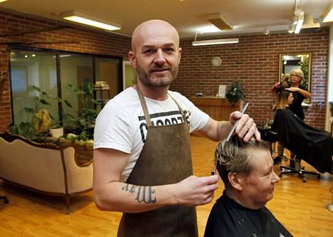 Tampereen Hervannassa työskentelevä Late Zlatan pitää työssään erityisesti siitä, että siinä saa olla tekemisissä ihmisten kanssa. Asiakkaana oli Pirjo Niemi.